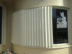 Contractor crew instalador de hurricane shutters c...