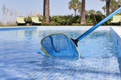 Contratamos tecnicos para limpeza de piscina